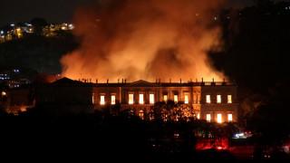 Βραζιλία: Φωτιά τεραστίων διαστάσεων κατέστρεψε το Εθνικό Μουσείο στο Ρίο ντε Τζανέιρο