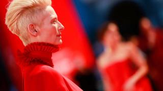 Μόστρα: αιματοβαμμένο κόκκινο χαλί & υπερθετικός του στιλ στο Φεστιβάλ Βενετίας