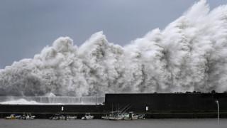 Στο έλεος του τυφώνα Τζέμπι η Ιαπωνία
