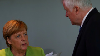 Ζεεχόφερ κατά Μέρκελ: «Μητέρα όλων των προβλημάτων η μετανάστευση»