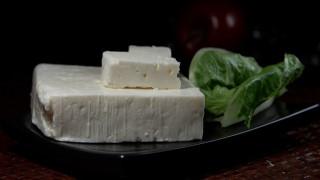Βρέθηκαν ίχνη του αρχαιότερου τυριού στη Μεσόγειο και μάλλον ήταν... φέτα