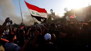 Στους δρόμους οι Ιρακινοί - Στις φλόγες κτήριο του κυβερνείου στη Βασόρα