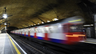 Λονδίνο: Μητέρα και παιδί έπεσαν στις ράγες του μετρό, πέρασε συρμός από πάνω τους και σώθηκαν