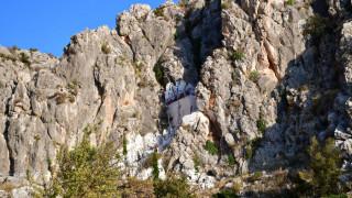 Το εξωκλήσι του Ναυπλίου που είναι κυριολεκτικά... χωμένο στα βράχια