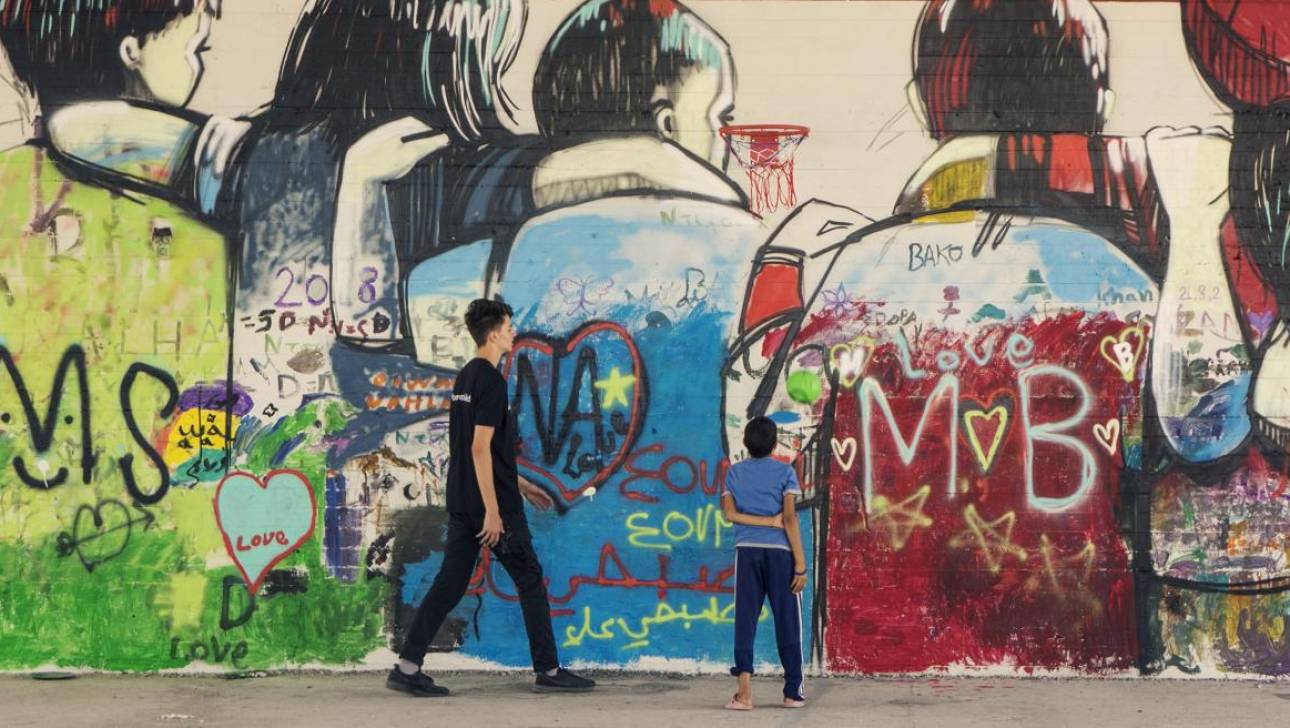 Ενότητα, ειρήνη, φιλία: UNICEF & Αχιλλέας Σούρας ζωγραφίζoυν την ελπίδα στο Σκαραμαγκά