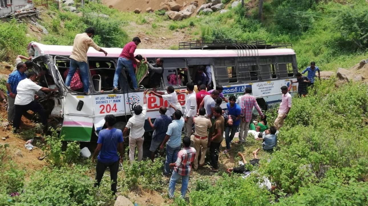Ινδία: Λεωφορείο έπεσε σε χαράδρα - Τουλάχιστον 55 άνθρωποι σκοτώθηκαν