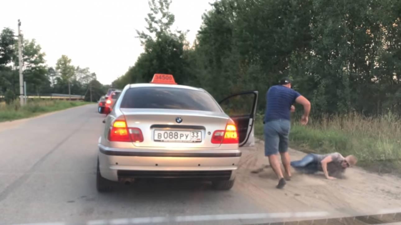 Ρωσία: Οδηγός βγάζει «σηκωτό» από το ταξί επιβάτη που πέταξε μπουκάλι από το παράθυρο