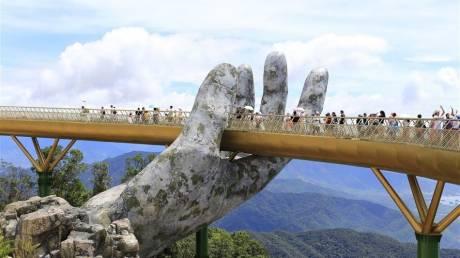 Η ομορφότερη γέφυρα του κόσμου είναι χρυσή και βρίσκεται στο Βιετνάμ