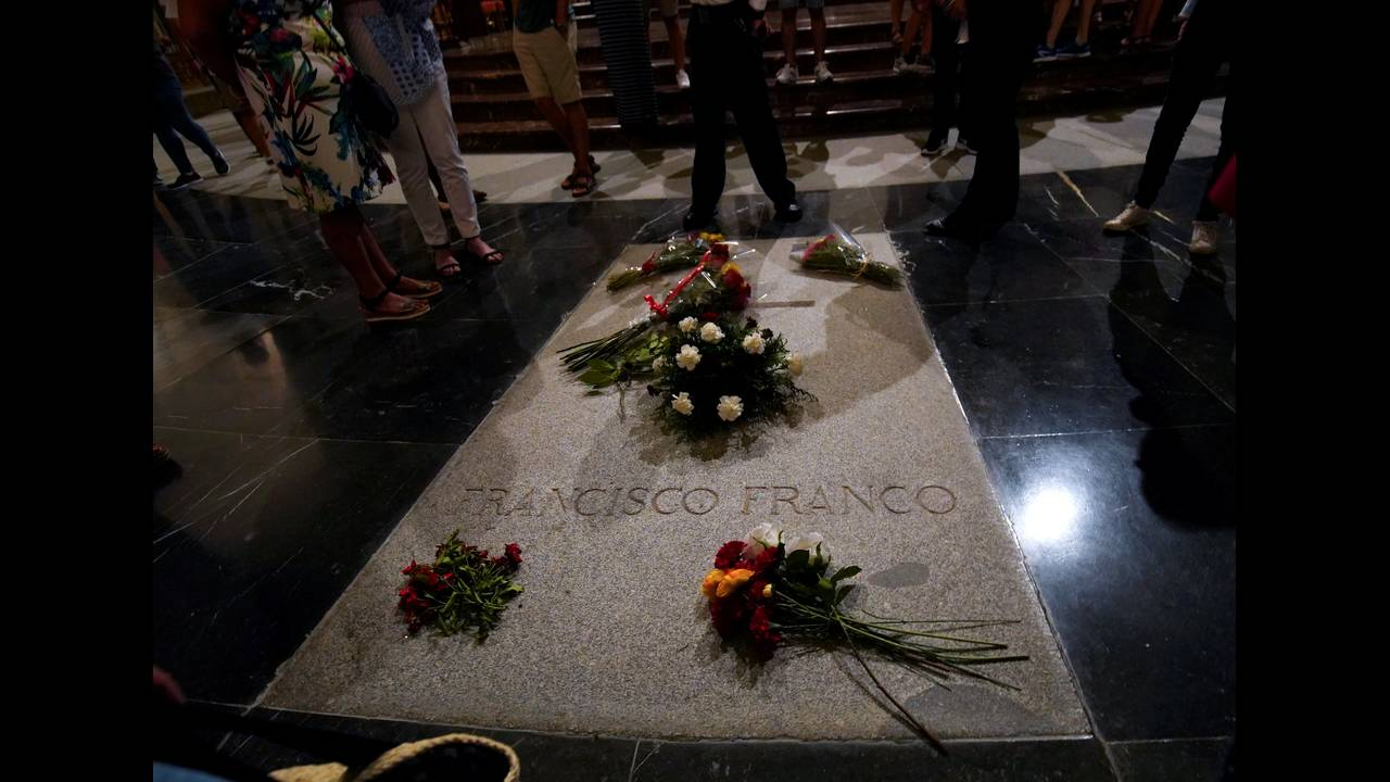 https://cdn.cnngreece.gr/media/news/2018/09/13/146619/photos/snapshot/2018-08-24T110254Z_10225279_RC1760C573D0_RTRMADP_3_SPAIN-POLITICS-FRANCO.JPG