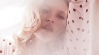 Kέιτ Μος: o topless εφιάλτης της εφηβείας της & η αποθέωσή της στη Vogue Paris