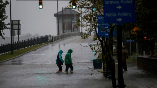 Εξακολουθεί να απειλεί παρά την εξασθένιση ο κυκλώνας Φλόρενς