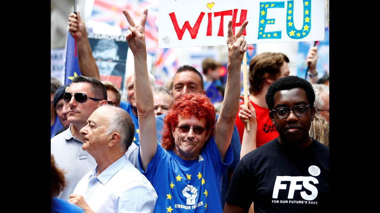 https://cdn.cnngreece.gr/media/news/2018/09/14/146728/photos/snapshot/2018-06-23T114451Z_188476177_RC1EBD5B0B30_RTRMADP_3_BRITAIN-EU-MARCH.jpg