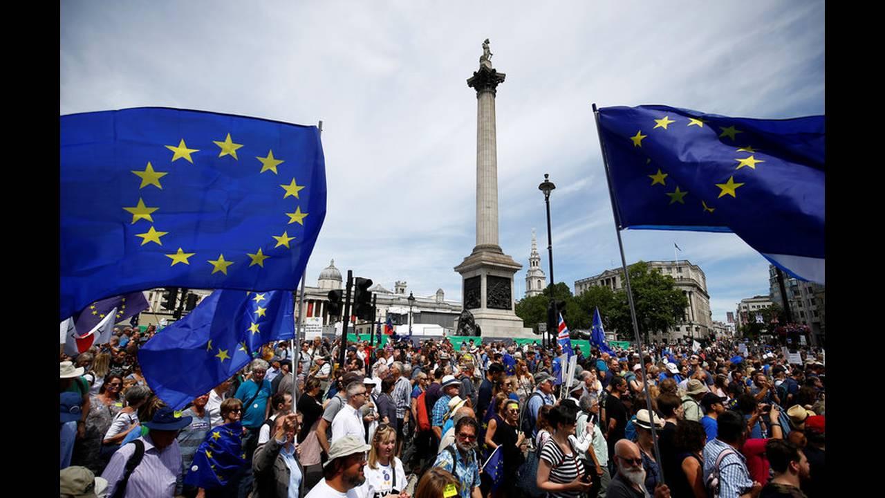 https://cdn.cnngreece.gr/media/news/2018/09/14/146728/photos/snapshot/2018-06-23T123618Z_977619748_RC14B23AA420_RTRMADP_3_BRITAIN-EU-MARCH.jpg