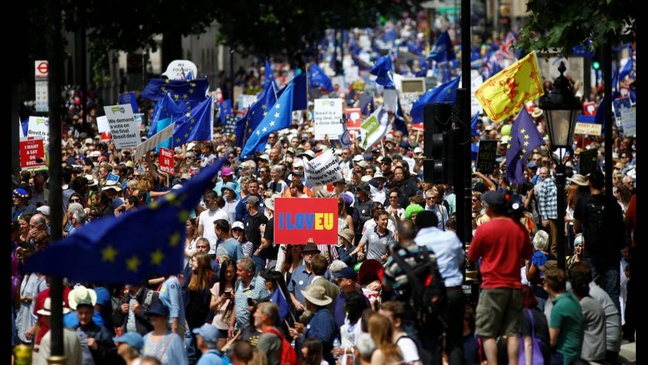 https://cdn.cnngreece.gr/media/news/2018/09/14/146728/photos/snapshot/2018-06-23T125209Z_31096204_RC1BCB8DB6D0_RTRMADP_3_BRITAIN-EU-MARCH.jpg