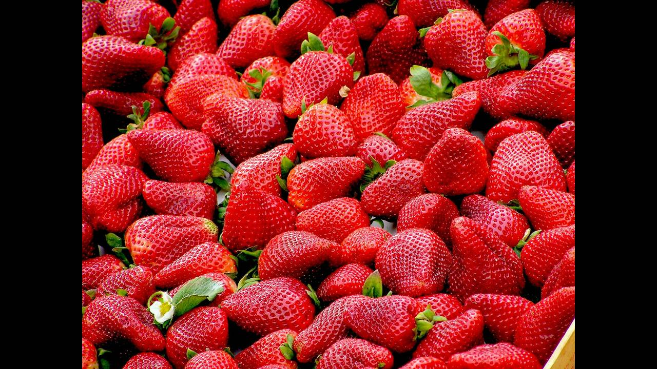 https://cdn.cnngreece.gr/media/news/2018/09/17/147035/photos/snapshot/strawberries-99551_1920.jpg