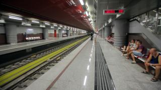 Ζωντανή ανασύρθηκε η γυναίκα που έπεσε στις γραμμές του μετρό