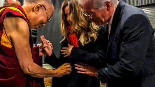 Με τις ευχές του Δαλάι Λάμα: ο βουδιστής Ρίτσαρντ Γκιρ πατέρας για δεύτερη φορά