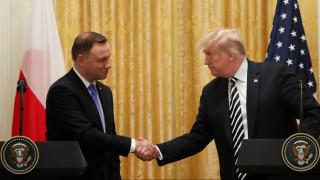 Εγκατάσταση μόνιμης στρατιωτικής βάσης στην Πολωνία εξετάζει ο Τραμπ