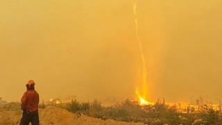 Καναδάς: Ο στρόβιλος φωτιάς που «ρουφάει» τη μάνικα και η μάχη των πυροσβεστών