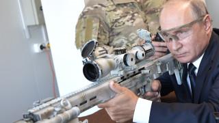 Ο Πούτιν επέδειξε το ταλέντο του στη σκοποβολή – Δοκίμασε το νέο Καλάσνικοφ (pics&vid)