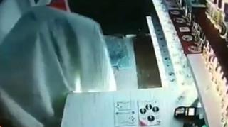 Νέος τρόπος ληστείας: «Φάντασμα» έκλεψε κατάστημα στη Θεσσαλονίκη (video)