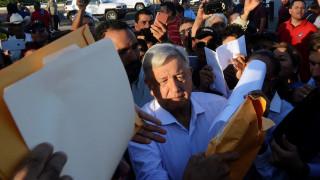 Ο Μεξικανός πρόεδρος πουλάει το προεδρικό τζετ και ταξιδεύει με αεροπλάνο της γραμμής