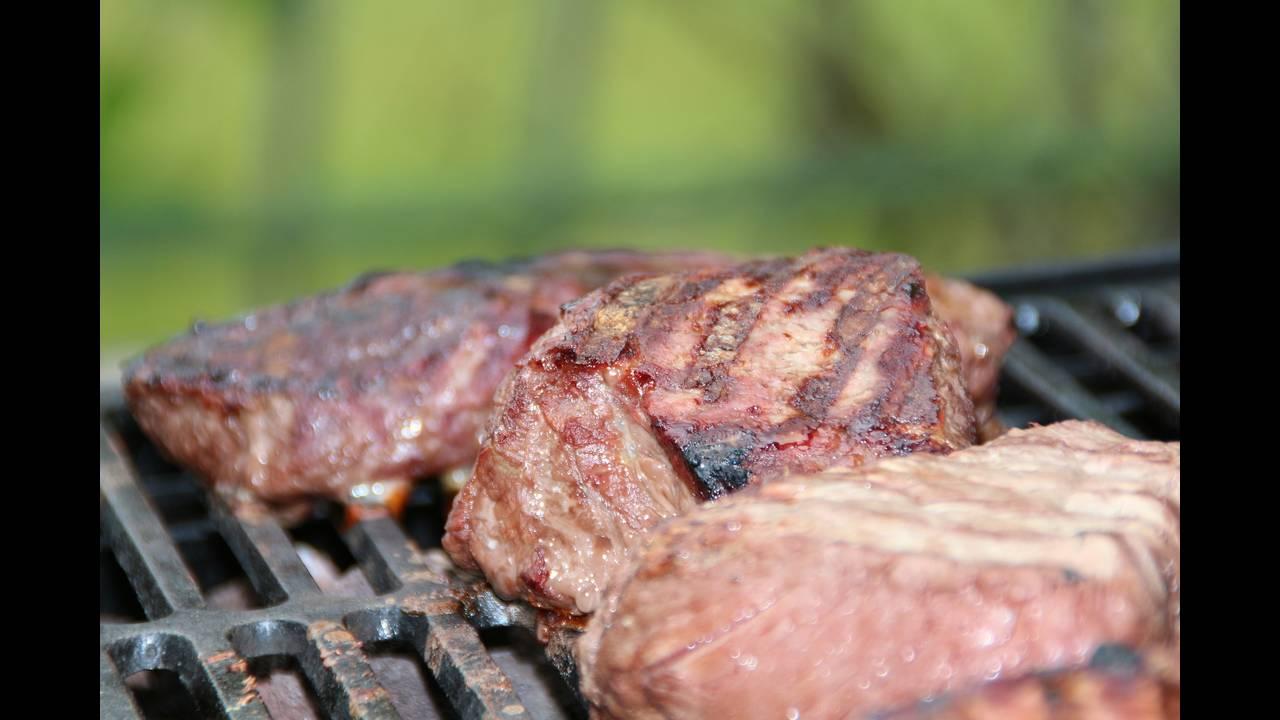 https://cdn.cnngreece.gr/media/news/2018/09/21/147631/photos/snapshot/steak-353115_1920.jpg