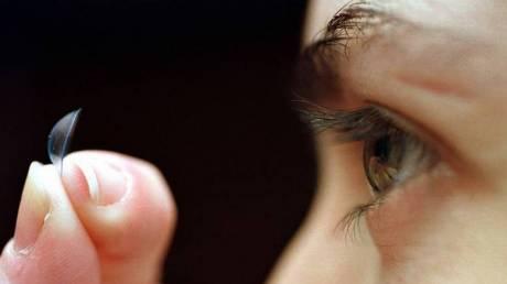Οι ειδικοί προειδοποιούν όσους φορούν φακούς: Σε έξαρση μόλυνση που προκαλεί τύφλωση