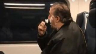Το ίντερνετ «κανιβαλίζει» έναν άνδρα που ξυρίζεται στο τρένο και σύντομα το μετανιώνει