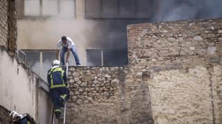 Πυρκαγιά στο κέντρο της Αθήνας, απεγκλωβίστηκαν δέκα άτομα από το κτήριο