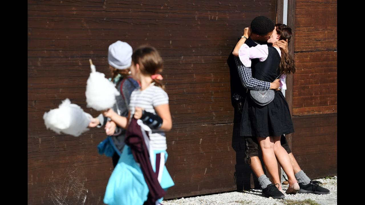 https://cdn.cnngreece.gr/media/news/2018/09/22/147834/photos/snapshot/2018-09-22T155132Z_33527405_RC1658D8EAB0_RTRMADP_3_GERMANY-OKTOBERFEST.jpg