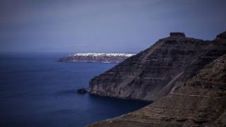 Γιατί επιστήμονες προτρέπουν τους τουρίστες να μην ταξιδέψουν στη Σαντορίνη