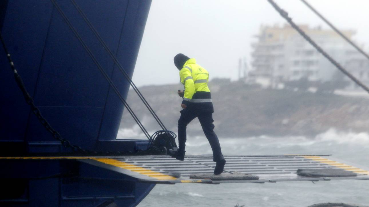 Κακοκαιρία «Ξενοφών»: Δεμένα τα πλοία στα λιμάνια