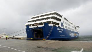 «Μάχη» πλοίου με τους θυελλώδεις ανέμους στο λιμάνι της Ραφήνας