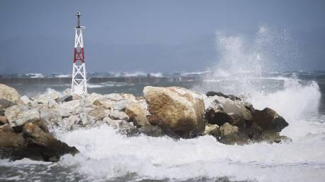 Σαρώνει ο «Ξενοφών»: Επιβατηγό πλοίο στην Τήνο παίρνει κλίση από ανέμους 10 μποφόρ