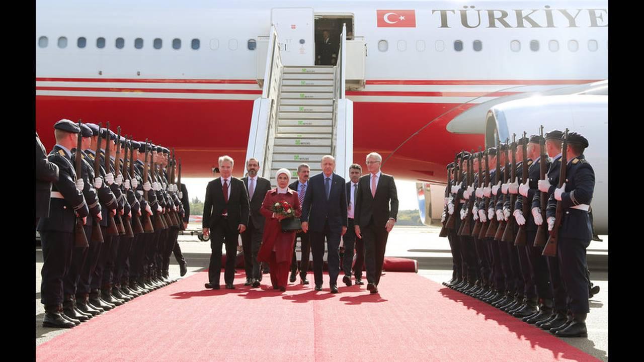 https://cdn.cnngreece.gr/media/news/2018/09/27/148574/photos/snapshot/2018-09-27T115719Z_549386052_RC1745C74F30_RTRMADP_3_GERMANY-TURKEY-ERDOGAN-ARRIVAL.jpg