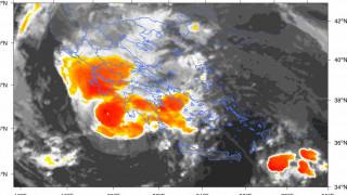 Κυκλώνας Ζορμπάς: Εξασθενεί αλλά συνεχίζει να απειλεί