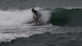 Σέρφερ «δαμάζει» τα κύματα στην παραλία του Φλοίσβου