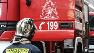 Συναγερμός στο Άργος: Άνδρας πυροβολεί με καραμπίνα από φλεγόμενο διαμέρισμα