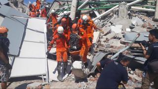Ινδονησία: Εκατόμβες νεκρών και χάος μετά το σεισμό και το τσουνάμι