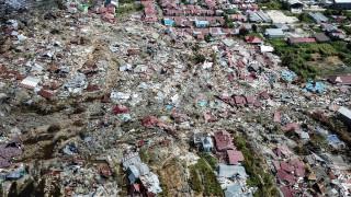 Εκατόμβες νεκρών στην Ινδονησία: Ξεπέρασαν τους 1.400 οι νεκροί από το σεισμό και το τσουνάμι