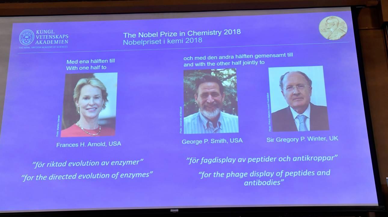 Νόμπελ Χημείας: Τρεις επιστήμονες τιμήθηκαν για την παραγωγή ενζύμων για νέες χημικές ουσίες