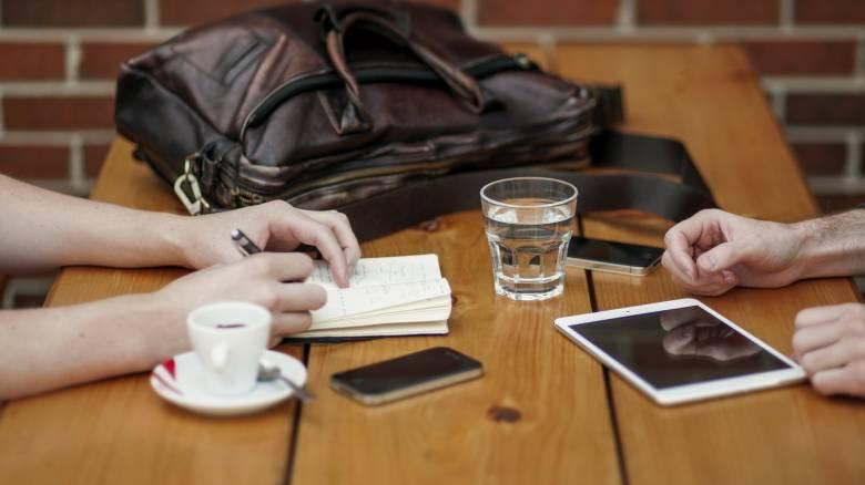 Έρευνα της ΕΛΣΤΑΤ: Για κινητά και καφέ δαπανούν περισσότερα οι Έλληνες