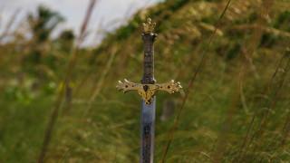 Ο μύθος του Εξκάλιμπερ αναβιώνει: 8χρονη ανέσυρε σπαθί 1.500 ετών από λίμνη