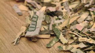 Μπόμπιρας κάνει «χαρτοπόλεμο» 1.000 δολάρια!