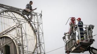 Αίσιο τέλος στην Ομόνοια: Πυροσβέστες κατέβασαν τον άνδρα που απειλούσε να αυτοκτονήσει