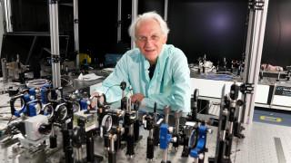 Το... χορευτικό του φετινού Νομπελίστα Φυσικής στο εργαστήριο που προκαλεί αντιδράσεις