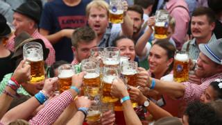 Υψηλοί προσκεκλημένοι στο Oktoberfest: Το… βαυαρικό στυλ του Μπιλ Κλίντον