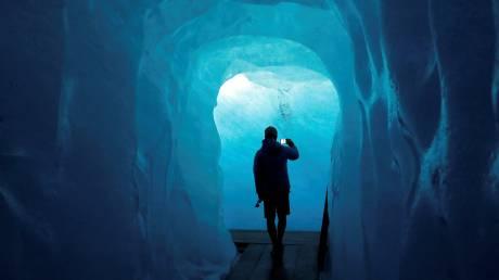 Βόλτα μέσα σε έναν… παγετώνα της Ελβετίας