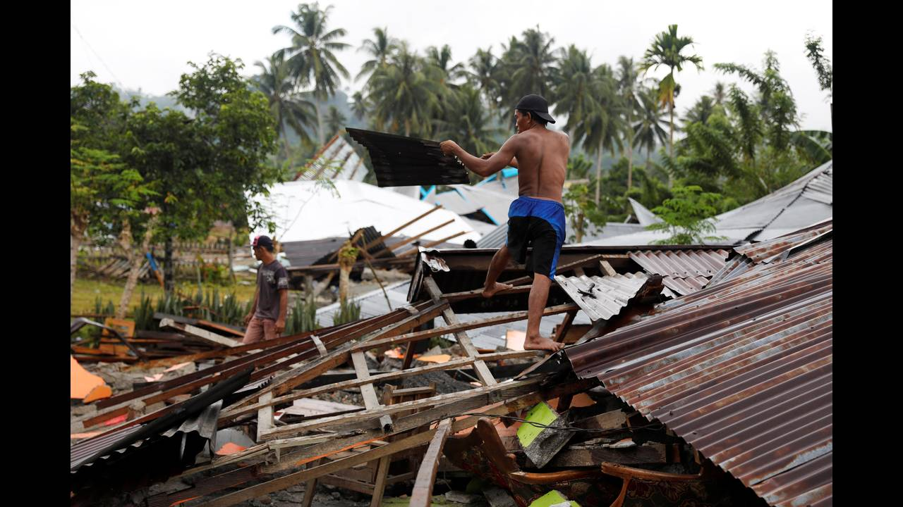 https://cdn.cnngreece.gr/media/news/2018/10/07/149767/photos/snapshot/2018-10-06T124609Z_1494622291_RC18D2614220_RTRMADP_3_INDONESIA-QUAKE-EPICENTRE.JPG